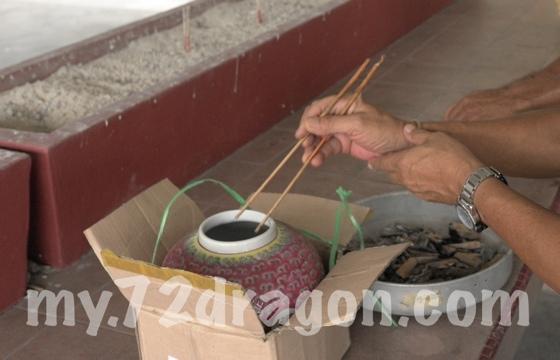Chinese Bone Exhuming / Shi Jin / 拾金